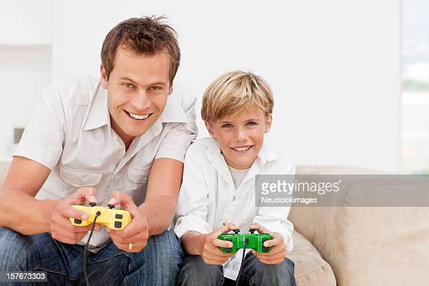 Lächelnd Vater und Sohn Spielen von Videospielen