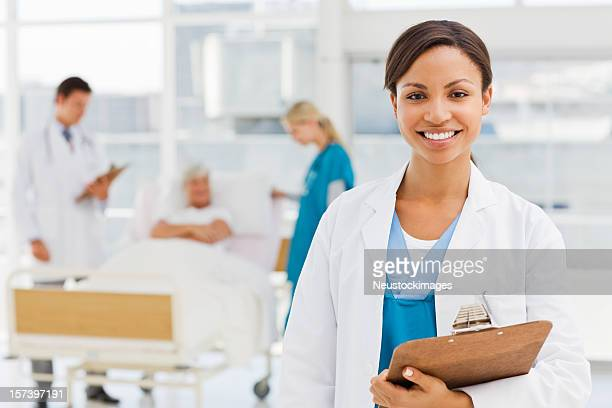 sorrindo feminino médico do hospital ambiente - nursing assistant - fotografias e filmes do acervo