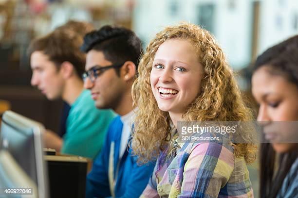 Bonita high school aluno no Laboratório de Informática da sala de aulas