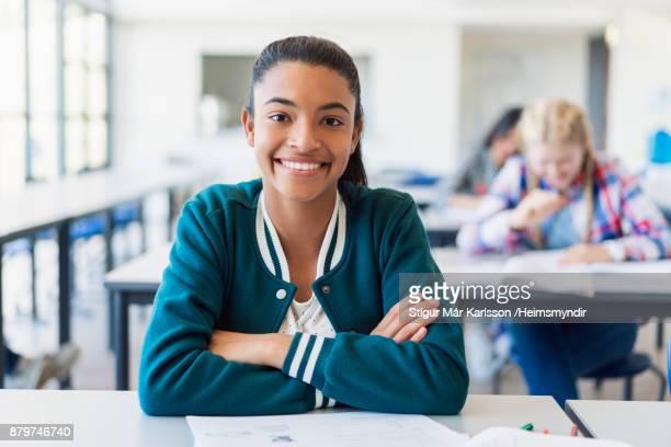 lachende vrouw tiener met armen gekruist - 16 17 jaar stockfoto's en -beelden