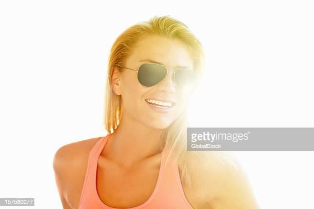 Lächeln weiblich eine Pilotenbrille. Auf einem sonnigen Tag
