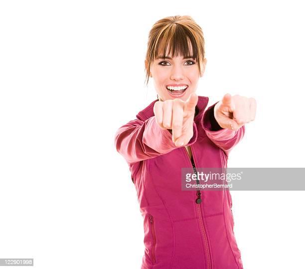 笑顔の女性のスポーツウェアの指を指す