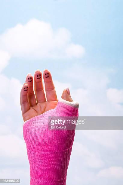 Lächelnd Finger in Gusseisen