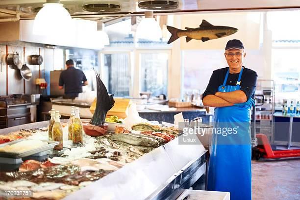 Souriant Le fishmonger'en magasin