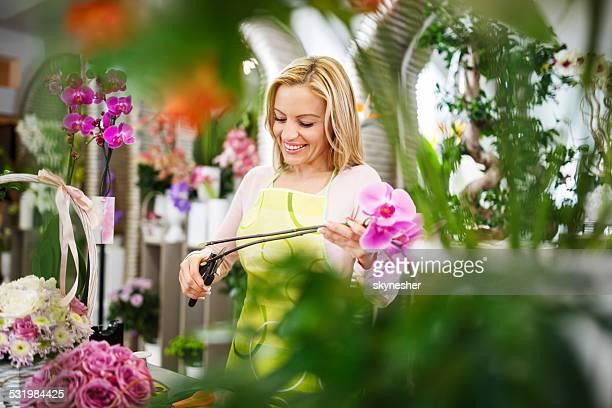 Sorrir Florista organizar flores.