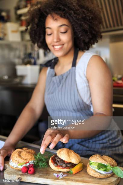 Lächelnde Lebensmittel LKW Arbeiter Vorbereitung sandwiches