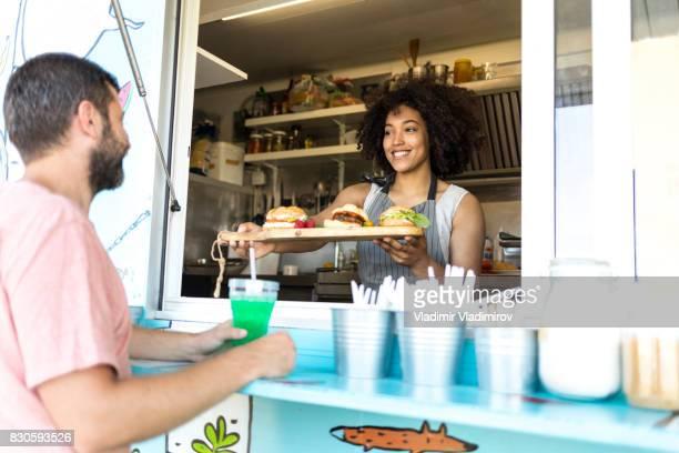 Sonriendo de bocadillos de comida van trabajador oferta