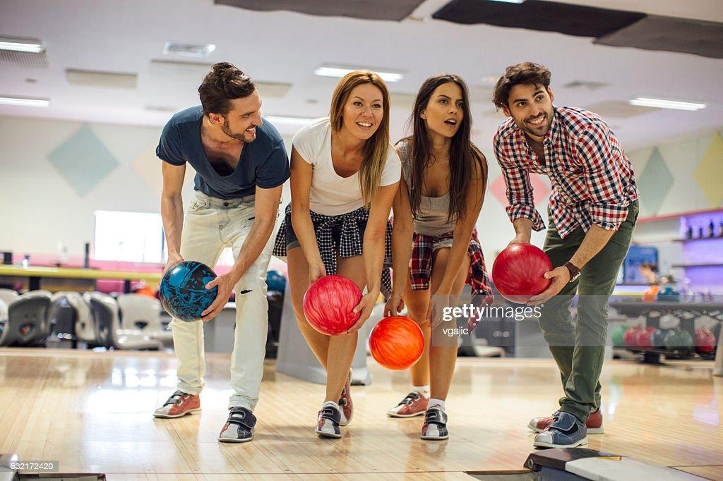 Bowling lächelnd Freunde zusammen : Stock-Foto