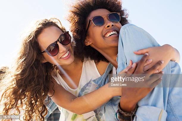 smiling friends hugging - amizade feminina - fotografias e filmes do acervo