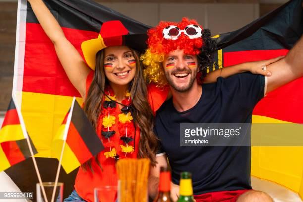 lächelnde deutsche Fußball Fan-paar