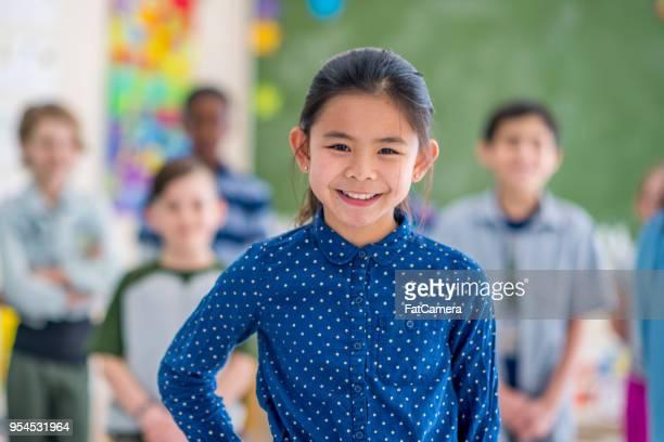 ragazza sorridente a scuola - foto di classe foto e immagini stock