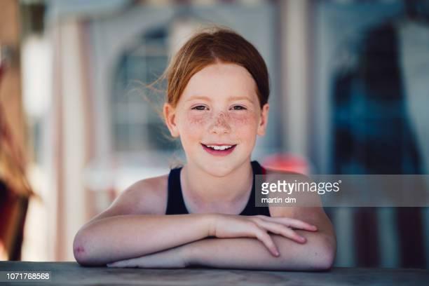 jeune fille souriante à la plage - jeunes filles photos et images de collection