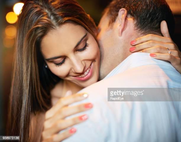 婚約者にキスされている笑顔の女の子