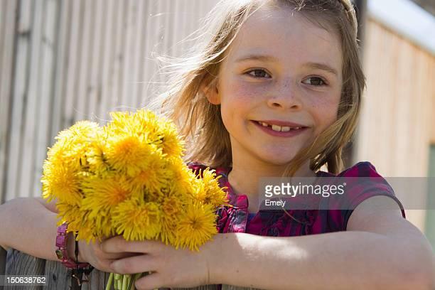 Lächelnd Mädchen tragen einen Blumenstrauß