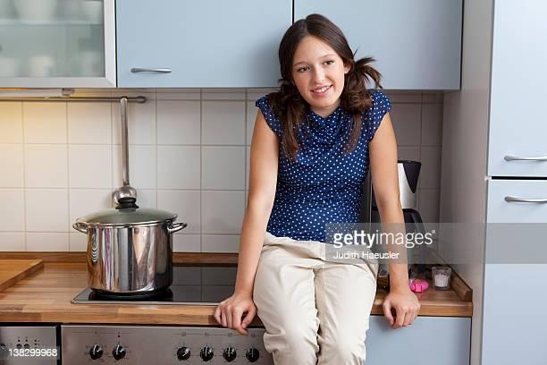 Menina sorridente cozinhar na cozinha