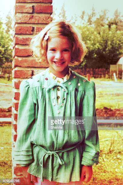 lachende meisje uit de jaren zeventig - alleen één meisje stockfoto's en -beelden