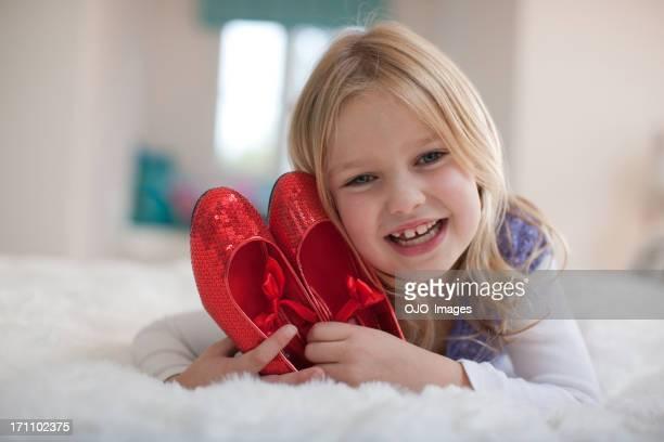 笑顔の女の子を保持赤の靴 - 赤の靴 ストックフォトと画像