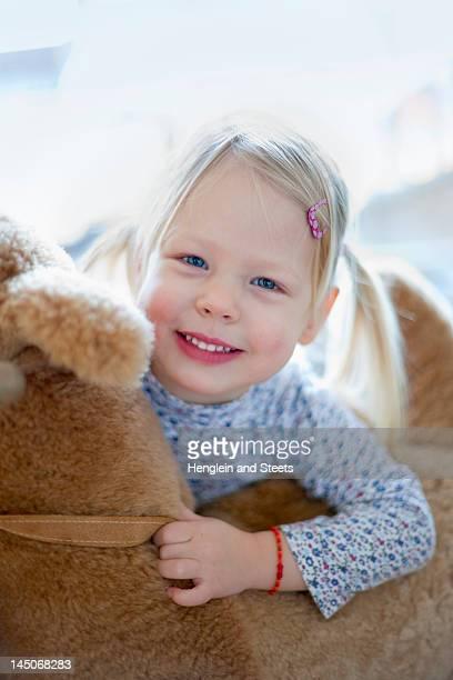 Lächelnd Mädchen mit Teddybär