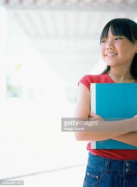 Lächelnd Mädchen holding Lehrbuch