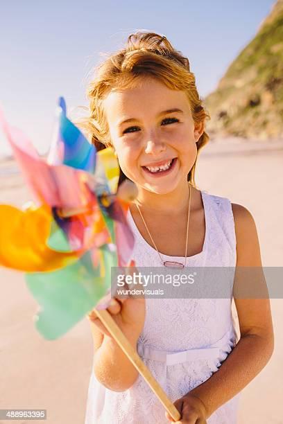 Lächelnd Mädchen holding Windmühle