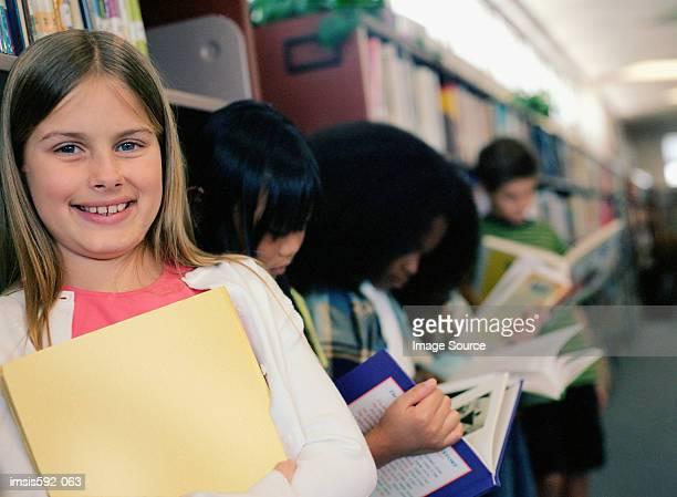 Lächelnd Mädchen in der Schule-Bibliothek