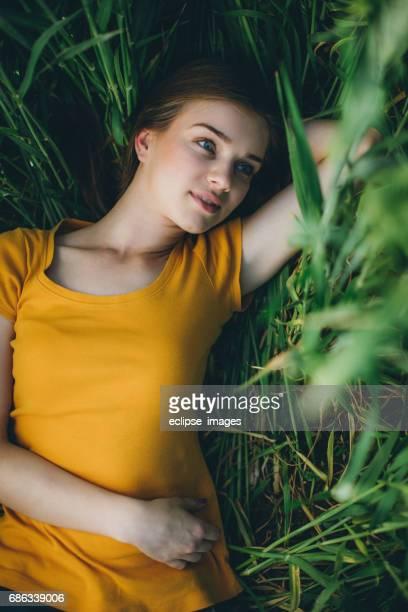 Lachende meisje liggend in tarwe