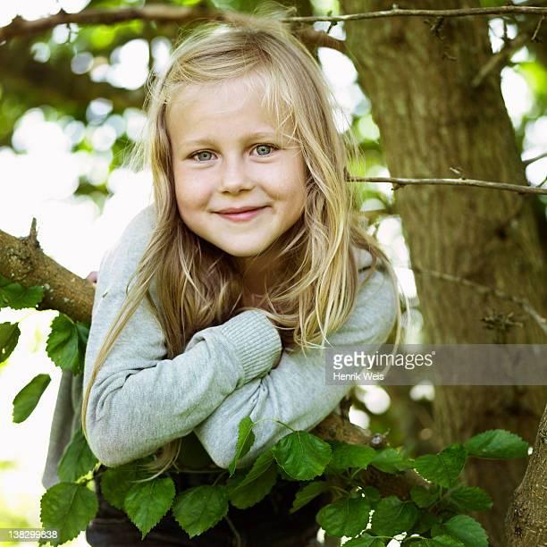 lächeln mädchen spielt in tree - 8 9 jahre stock-fotos und bilder