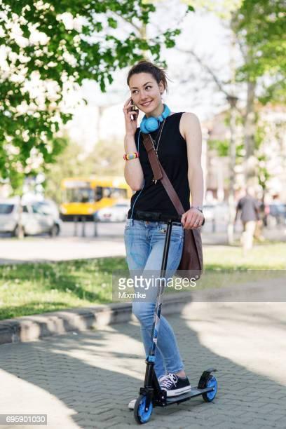 Lächeln Mädchen am Telefon