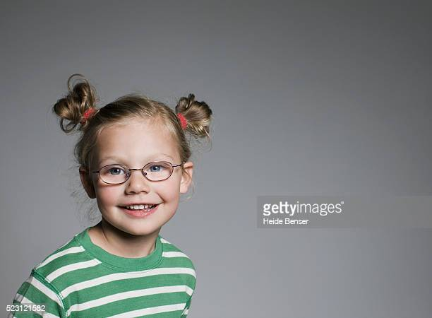 smiling girl wearing eyeglasses - 4 5 anni foto e immagini stock