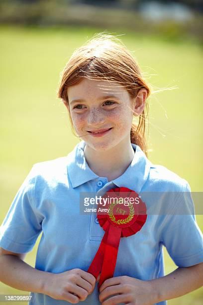 笑顔を着ている女の子最初のリボン