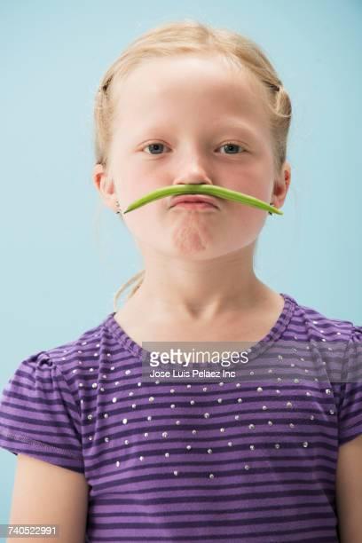 smiling girl wearing green bean as mustache - leguminosa - fotografias e filmes do acervo