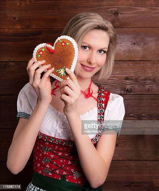 Lächelnd Mädchen mit Lebkuchen-Herzen