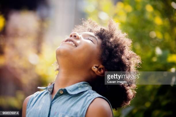 smiling girl with head back - cabeza hacia atrás fotografías e imágenes de stock