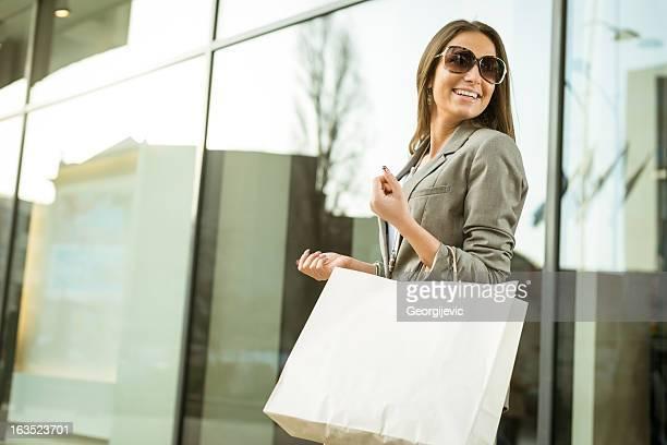 Lächelnd Mädchen mit Einkaufstasche