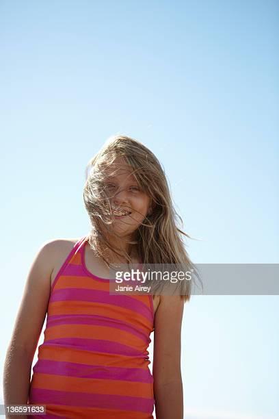 笑顔の女性のヘア吹く風に