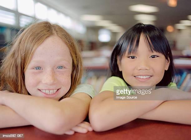 Lächelnd Mädchen in der Bibliothek