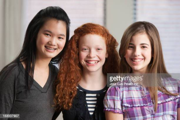 smiling girls - multiculturalismo foto e immagini stock