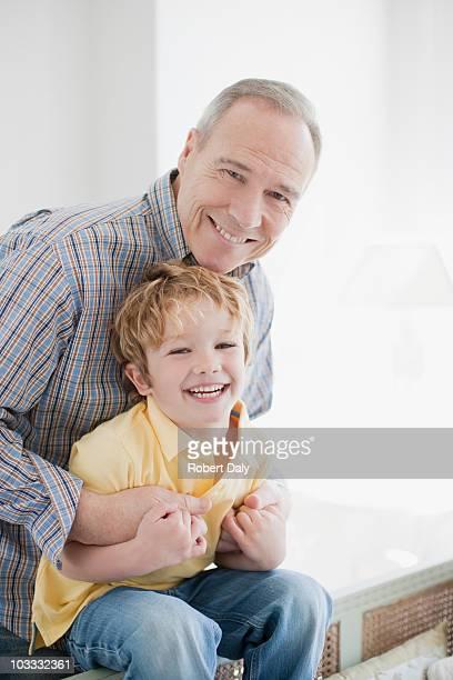 lächeln großvater und enkel - westeuropa stock-fotos und bilder