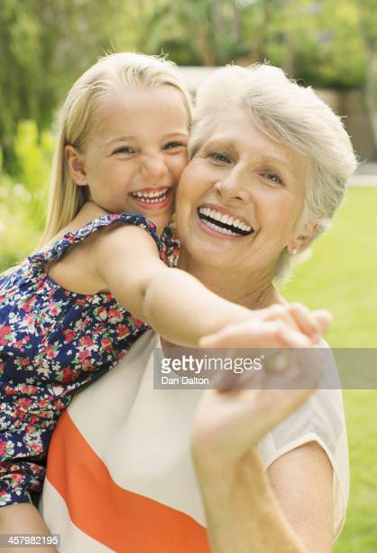 Sorrir avó segurando Neta