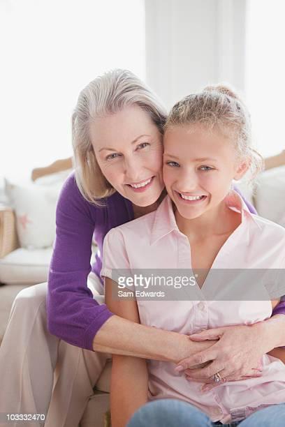 lächelnd umarmen ihre großmutter enkelin - westeuropa stock-fotos und bilder