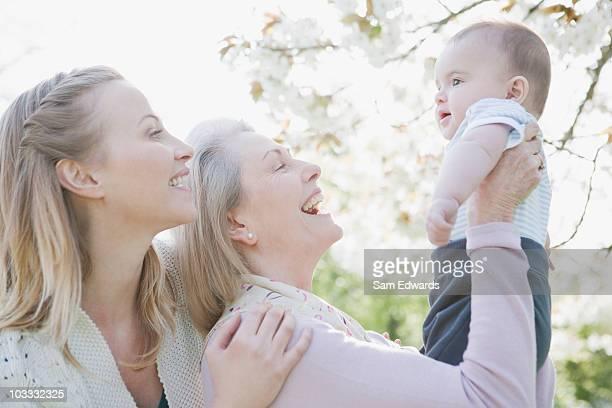 笑顔の祖母、母と息子