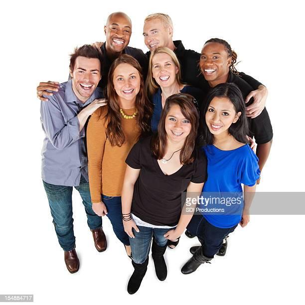 Souriant groupe de près les adultes, tout le corps, isolé sur blanc