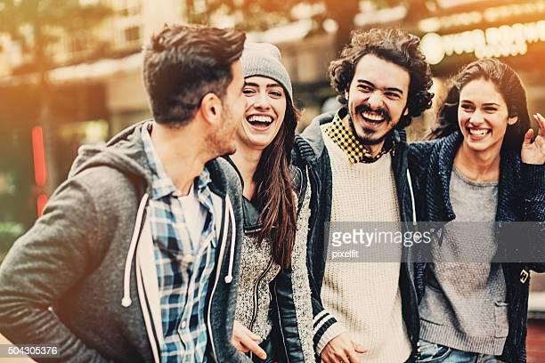 屋外笑顔のご友人のグループ