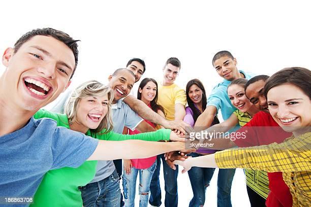 Groupe de souriant debout en cercle.
