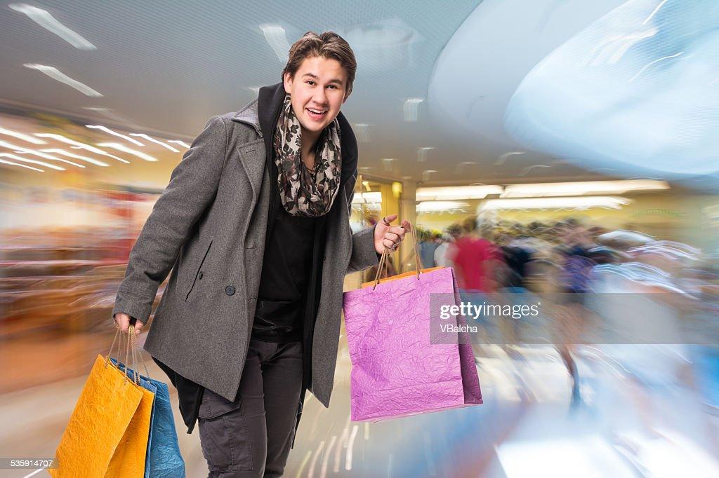 Sonriente hombre atractivo con bolsas de la compra : Foto de stock