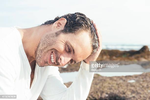 Feliz sonriente hombre Sexy en playa Tropical en Bali, Indonesia
