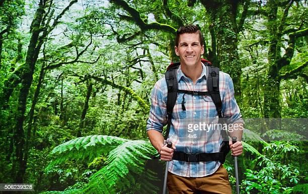 souriant dans la forêt de randonnée - un seul homme d'âge moyen photos et images de collection