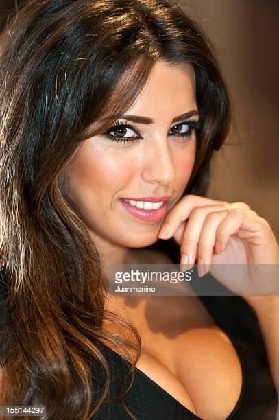 Lächelnde hispanic junge Frau