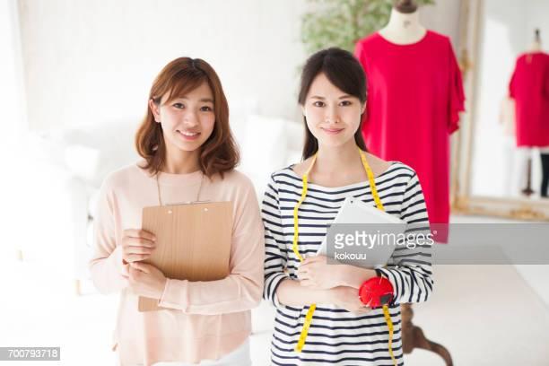 マネキンの前で微笑む女性たち - 日本人のみ ストックフォトと画像