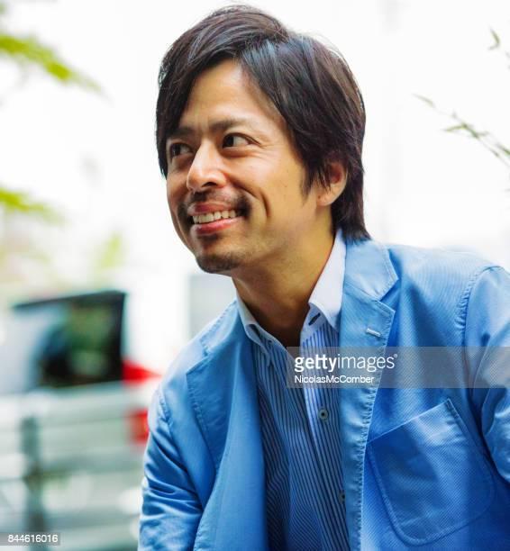 ブルーのスーツがよそ見で日本のビジネスマンを笑顔 - ジャケット ストックフォトと画像